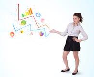 Młoda biznesowa kobieta przedstawia kolorowe mapy i diagramy Obrazy Royalty Free