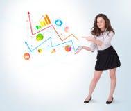 Młoda biznesowa kobieta przedstawia kolorowe mapy i diagramy Obrazy Stock