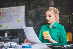 Młoda biznesowa kobieta robi papierkowej robocie Fotografia Stock