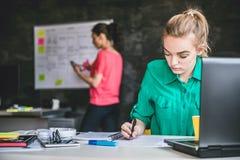 Młoda biznesowa kobieta robi papierkowej robocie Zdjęcia Stock