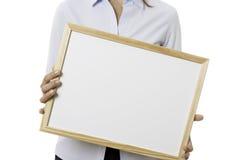 Młoda biznesowa kobieta trzyma whiteboard Zdjęcie Royalty Free