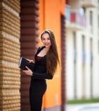 Młoda biznesowa kobieta, utrzymania i pióro, notatnik Zdjęcie Royalty Free