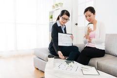 Młoda biznesowego agenta dama opowiada z klientem Fotografia Stock