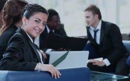 Młoda biznesowej kobiety pozycja z jej co w tle Obraz Stock