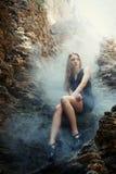 Młoda blond kobieta tajemniczy portret Fotografia Royalty Free