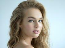 M?oda blond kobieta z d?ugim k?dzierzawym w?osy obrazy royalty free