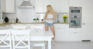 Młoda blondynka tanczy w domu Zdjęcia Stock
