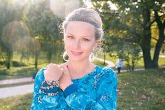 Młoda blondynka w parku Obraz Royalty Free
