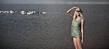 Młoda blondynki dziewczyna na jeziorze Obraz Royalty Free