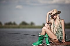 Młoda blondynki dziewczyna na jeziorze Zdjęcia Stock