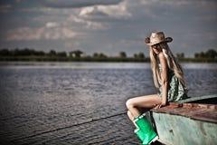 Młoda blondynki dziewczyna na jeziorze Zdjęcie Royalty Free