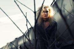 Młoda blondynki kobieta na linii kolejowej Fotografia Stock