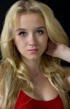 Młoda blondynki kobieta target1099_0_ kolczyki i breloczek Obraz Stock