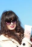 Młoda brunetka z piórem i notepad Zdjęcia Stock