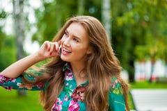 Młoda brunetki kobieta dzwoni telefonem Obraz Royalty Free