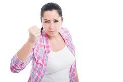Młoda brunetki kobieta rzuca poncz Zdjęcia Royalty Free