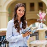 Młoda brunetki kobieta z notatnikiem Zdjęcie Royalty Free