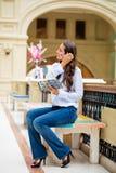 Młoda brunetki kobieta z notatnikiem Obraz Royalty Free