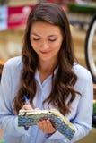 Młoda brunetki kobieta z notatnikiem Zdjęcie Stock