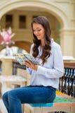 Młoda brunetki kobieta z notatnikiem Obraz Stock