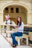 Młoda brunetki kobieta z notatnikiem Zdjęcia Royalty Free