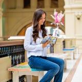 Młoda brunetki kobieta z notatnikiem Fotografia Stock