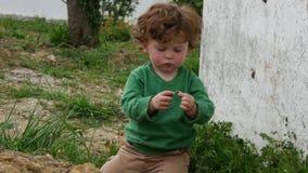 M?oda ch?opiec z zielony puloweru bawi? si? plenerowy zbiory wideo