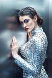Młoda cyber kobieta w srebnej futurystycznej kostiumowej pozyci w windzie Zdjęcia Royalty Free