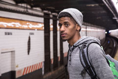 Młoda, czarna samiec, czeka NYC metro Zdjęcia Royalty Free
