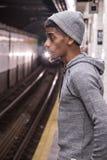 Młoda, czarna samiec, czeka NYC metro Zdjęcie Royalty Free