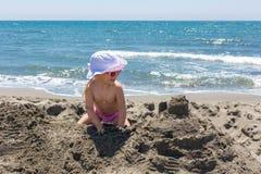 Młoda dama buduje piaska kasztel Zdjęcie Royalty Free