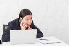 M?oda dama pracuje przy biurem obraz stock