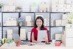 M?oda dama pracuje w domu biuro fotografia stock