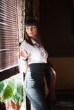Młoda dama przy okno kawiarnia Zdjęcie Stock