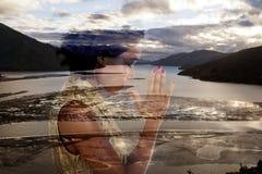 M?oda dama przy pokojem przed nowym Zealand t?em zdjęcia royalty free