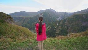 Młoda dama w Czerwonej kurtce w górach Fotografia Royalty Free