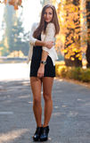 Młoda dama w koktajl sukni i heeled butach pozuje outdoo zdjęcia royalty free