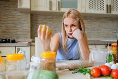 młoda desperacka gospodyni domowa w jej kuchni Fotografia Stock
