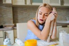 młoda desperacka gospodyni domowa w jej kuchni Zdjęcie Stock