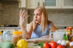 młoda desperacka gospodyni domowa w jej kuchni Zdjęcia Stock