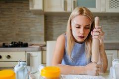 młoda desperacka gospodyni domowa w jej kuchni Fotografia Royalty Free