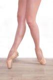 Młoda dziewczyna, balerin nogi Fotografia Royalty Free