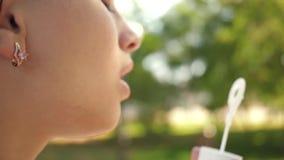 M?oda dziewczyna bawi? si? w dmuchanie b?blach i parku w kamera obiektyw swobodny ruch Pi?kny dziewczyny dmuchania myd?o zbiory wideo