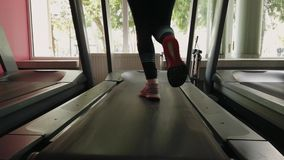 M?oda dziewczyna bieg na karuzeli w sporta gym zbiory wideo