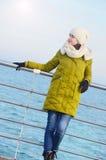 Młoda dziewczyna blisko morza w zimie Zdjęcia Stock