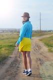 Młoda dziewczyna chodzi pola w lecie Obrazy Stock