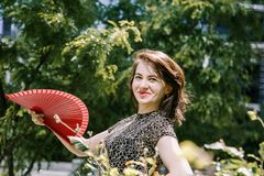 Młoda dziewczyna chodzi w starym parku Fotografia Royalty Free