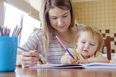 M?oda dziewczyna dzieciaka rysunek z jej siostr? fotografia royalty free