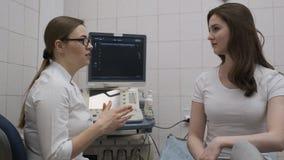 M?oda dziewczyna i lekarka opowiada medyczny biuro zdjęcie wideo