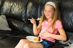 Młoda dziewczyna je deser zdjęcia royalty free